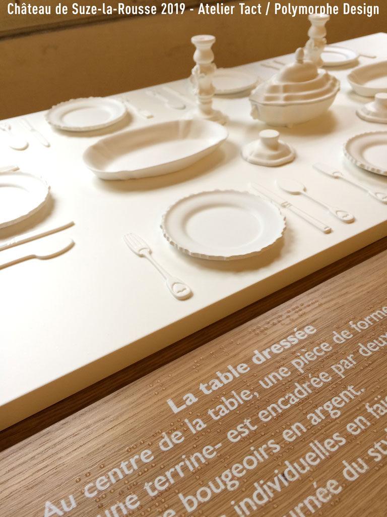 Maquette tactile et légende braille sur bois.