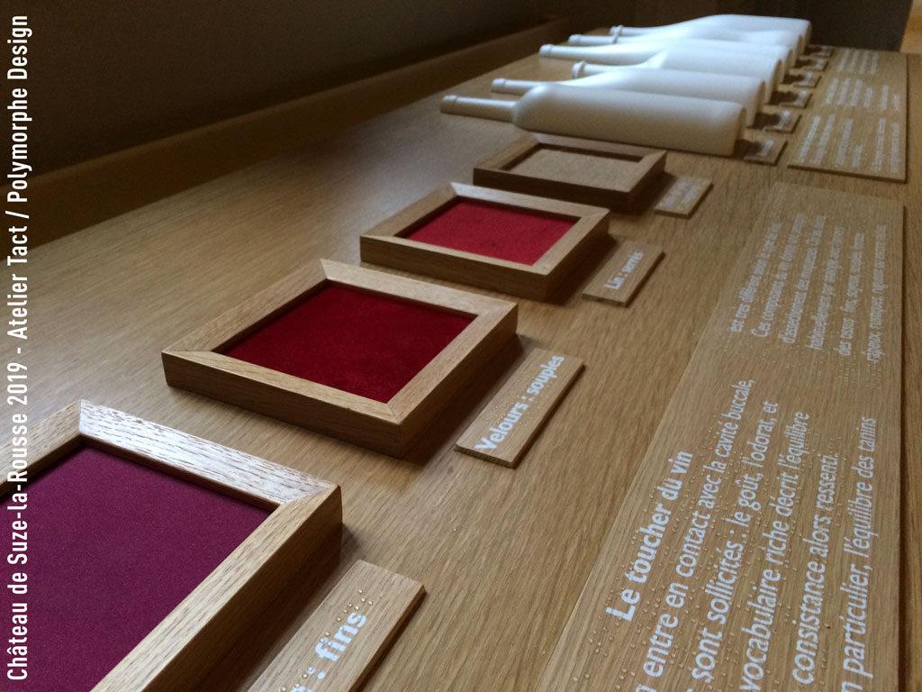 Dispositif tactile avec échantillons de matières, maquette et braille.