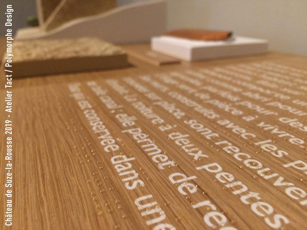 Impression braille sur bois, avec textes imprimés